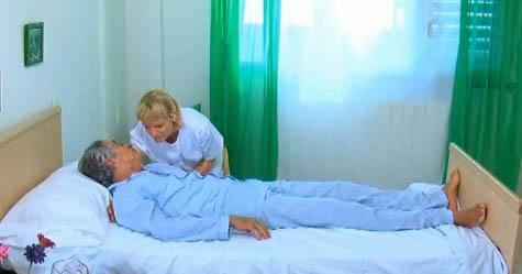 Movilizaci n del paciente a la orilla de la cama apuntes for Cama definicion