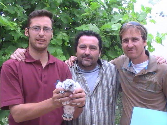 Junto a mis amigos Manuel y Roberto, portando en sus manos uno de mis lanarios