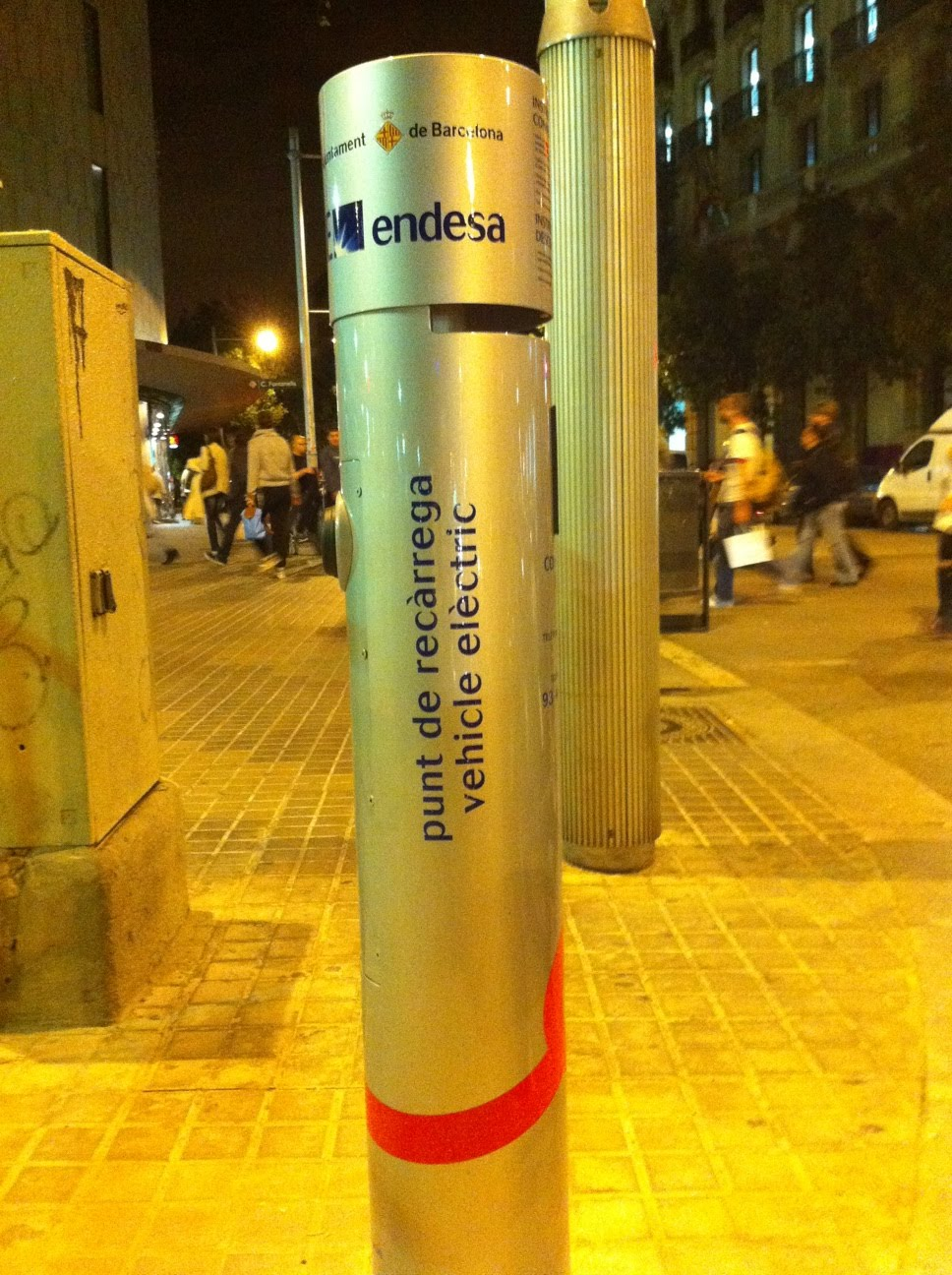 Esta es una de las estaciones de recarga de energía eléctrica para  vehículos que el Ajuntament de Barcelona está instalando por la ciudad. 1253af15fd4