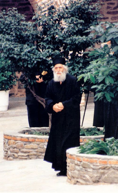 Parintele Paisie Aghioritul - in curtea unei manastiri