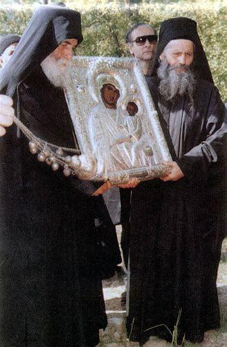 Cuviosul Paisie Aghioritul - participand la litania facuta cu Icoana Maicii Domnului (1992)