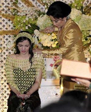 Upacara menyiram...Nia Ramadhani Wedding