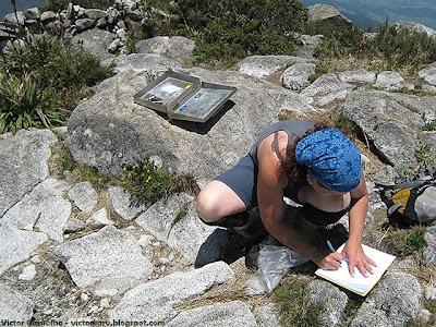Bia assinando o livro de cume, na Pedra da Mina.