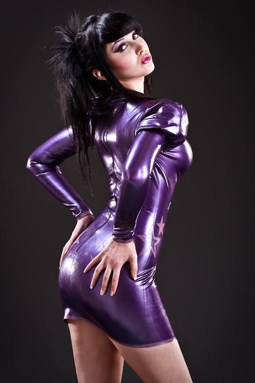 hot chicks gallery: sexy Shiny latex model photo gallery