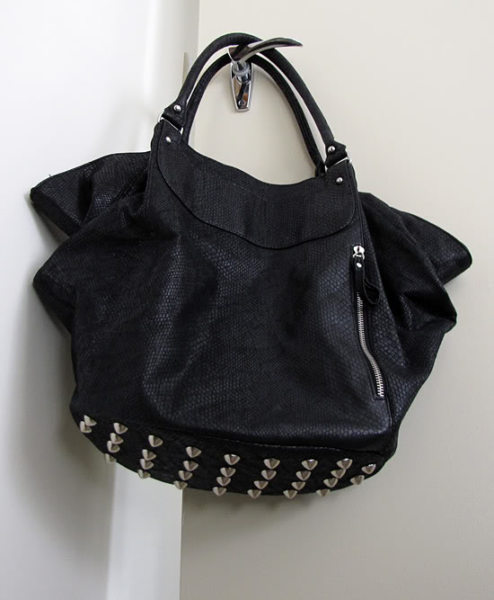 new blog thecurlyroad blogspot com diy alexander wang nieten tasche. Black Bedroom Furniture Sets. Home Design Ideas