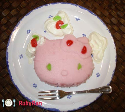 Hello Kitty Sponge cake by Rubyran from flickr (CC-BY)