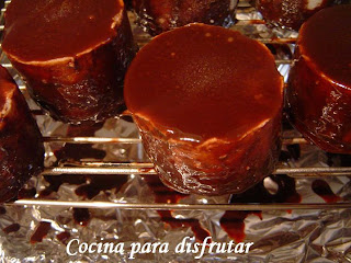 MINI MOUSES DE COCO CON GLASA DE CHOCOLATE