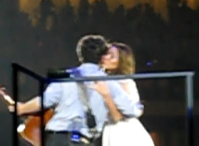 Nick Jonas y Miley beso