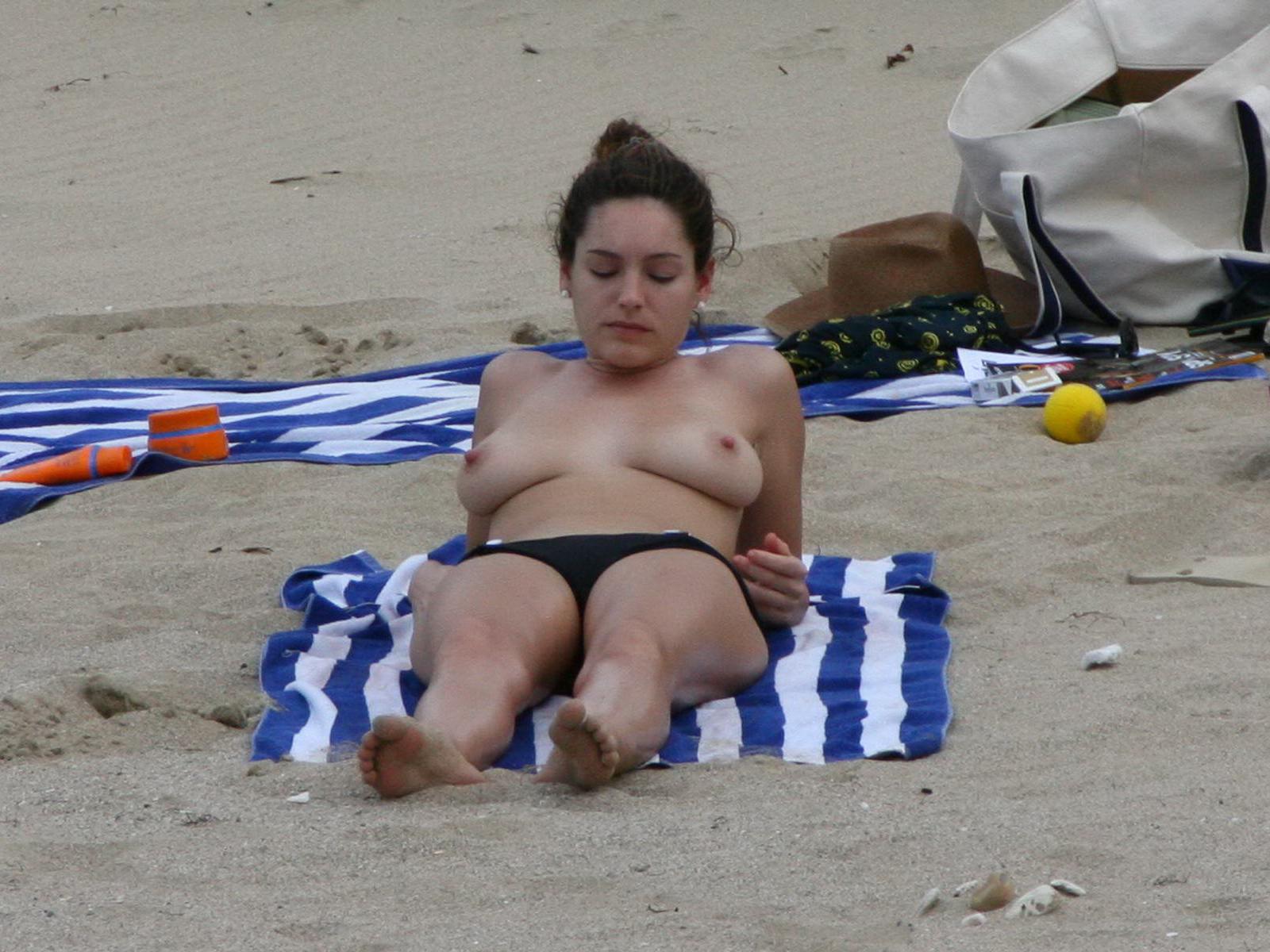 Rainy Sweet Kelly Brook Nude Topless On Beach Nice -4103
