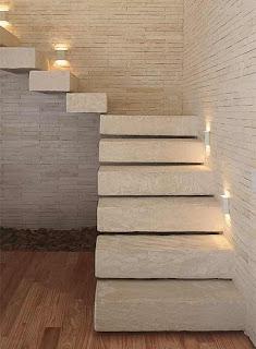 7aa24dace735b A escada tem armação metálica e é revestida com arenito colombiano. Projeto  das arquitetas Fagiana Avanzi e Tininha Loureiro.