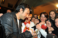 Tarkan signing autographs for fans © AA-Dilek Mermer
