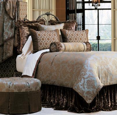 Cojines en la cama y dormitorios lujosos con muchas - Cojines grandes cama ...
