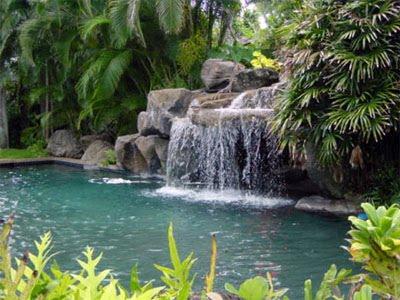 Piscinas con cascada artificial y caidas de agua for Cascada artificial jardin