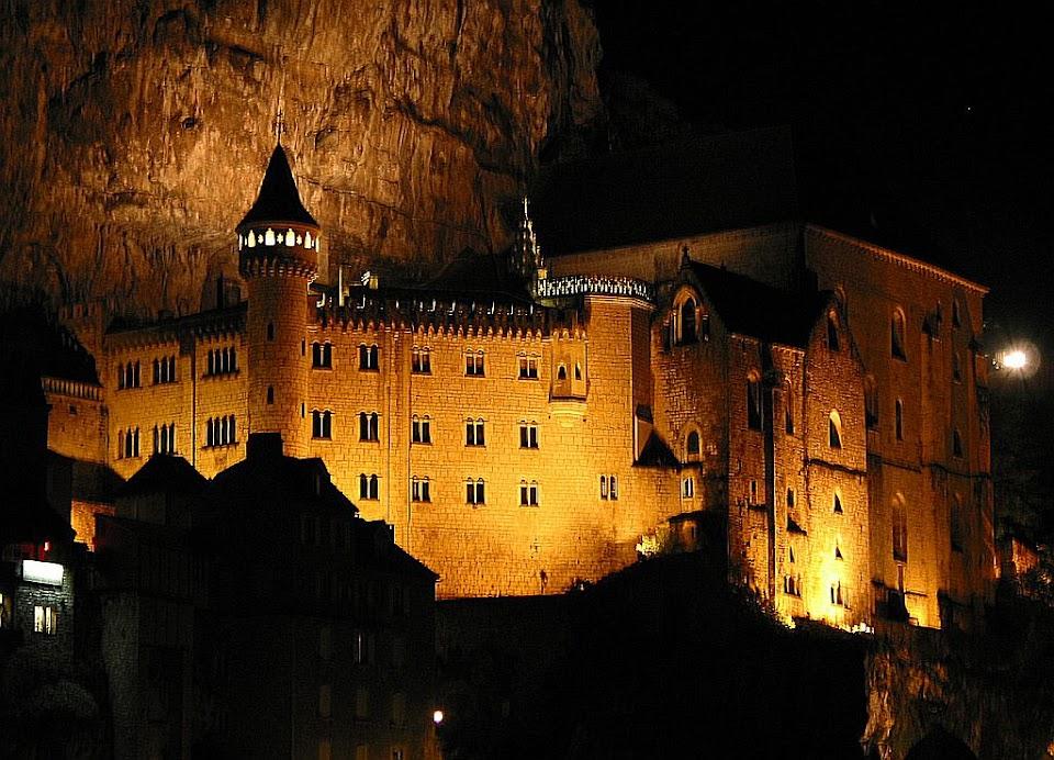 Vista noturna do santuário de Rocamadour