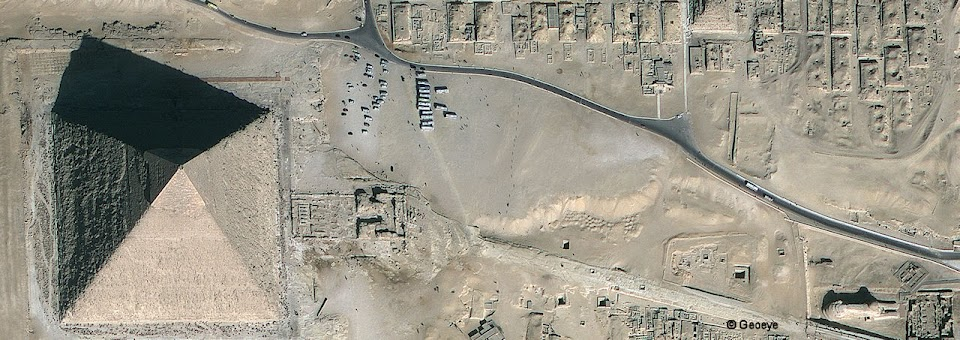 Pirâmide de Quéfren à esquerda, Esfinge à direita, foto satelital. ©Geoeye