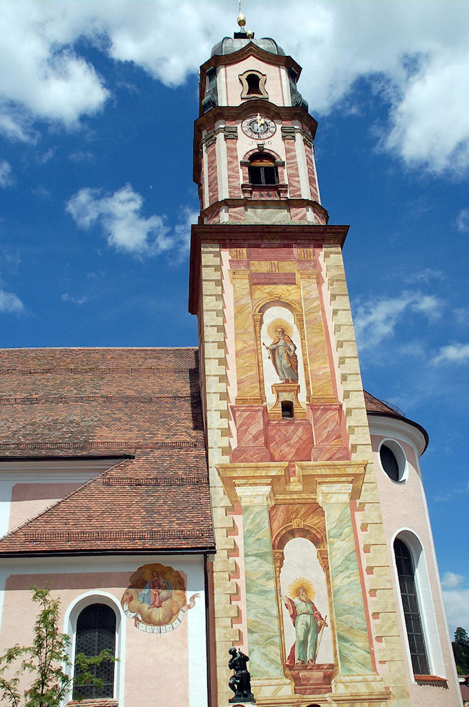 Torre da igrejinha de Mittenwald, Alemanha.  A igreja dá o tom à cidade e ao meio ambiente.