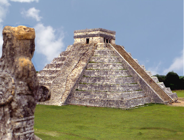 Chichén Itzá, cidade maia integra, mais abandonada misteriosamente no meio da selva. Mexico