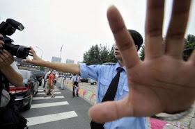 Policial impede fotos durante prisão de dissidentes, Pequim