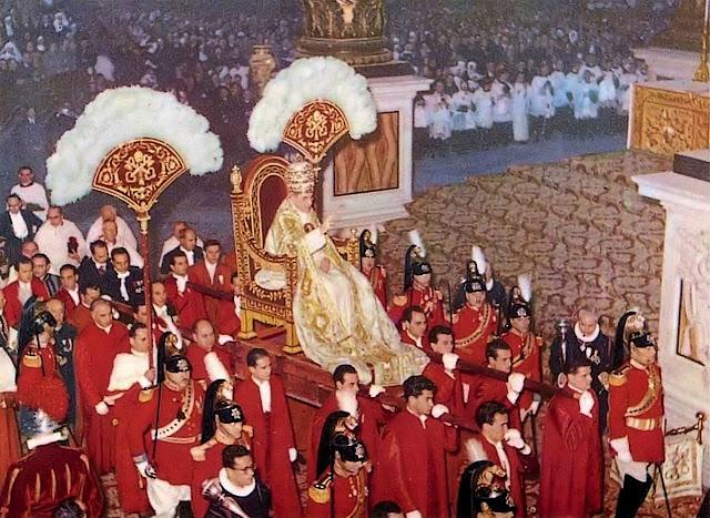O Papa Pio XII com a pompa que a Igreja e a Cristandade reconheciam ao sucessor de São Pedro. O modernismo aboliu.