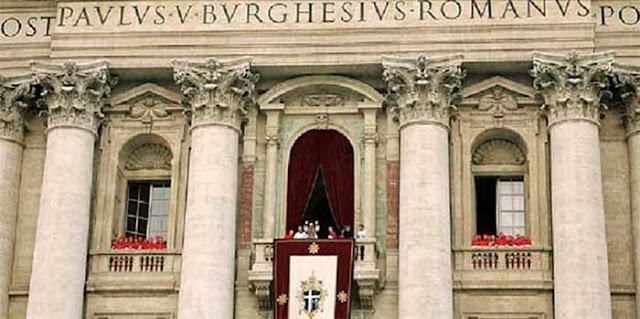 Bento XVI na sacada de São Pedro