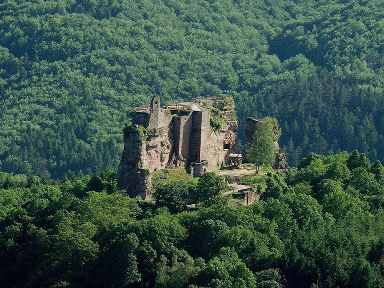 Ruínas do castelo de Fleckenstein onde foi aberto o Poço do Diabo