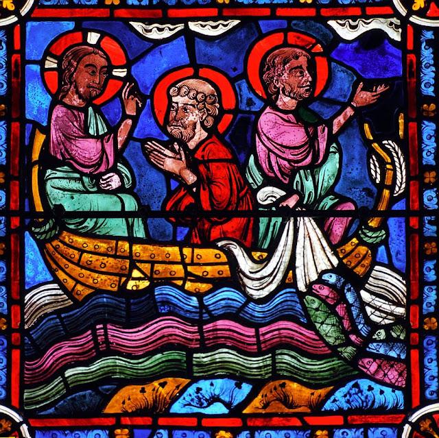 Jesus manda lançar as rédeas que voltam cheias de peixes. Catedral de Chartres, França.
