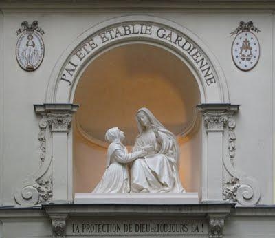 Santa Catarina Labouré aos pés de Nossa Senhora