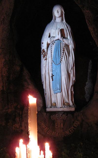 Nossa Senhora de Lourdes em sua gruta