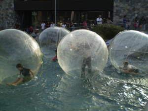 Atração Aquaball no Mall Sport, em Santiago do Chile