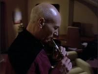 Picard tocando la flauta ressikana (© Paramount Pictures)