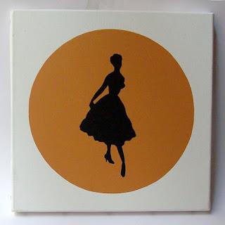 tableau orange avec femme en robe vintage peinte en noir