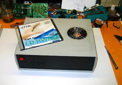 Размеры собранного системного блока в сравнении с коробкой компакт диска.
