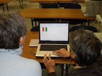 パソコンの画面に赤と緑色の絵。まっ白い画面に切り替わると残像がみえます