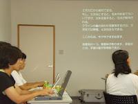 3人でパソコン入力。正面横の壁に文字が映し出される