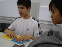点字絵本を高橋さんに読んでもらう女の子