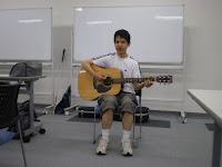 ギターを弾く高橋さん