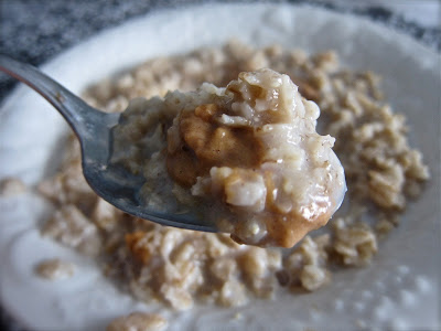 This simple breakfast is not only ideal for keeping you full for a long time, it is delicious and healthy. You'll want to eat it every morning! #easyrecipe #breakfast #oatmeal #slowcooker