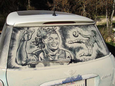 Painting on car windows using dirt (11) 1