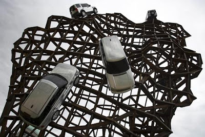 Land Rover Scales New Heights - Sculpture (7) 7