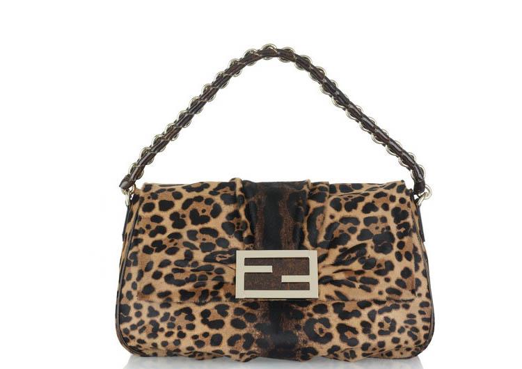 788dda06c Este invierno, la apuesta segura es el print de leopardo, y dónde mejor que  en una baguette de Fendi.