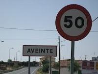 Multas de tráfico y el cartel de 50 Km/h en el pueblo de Aveinte