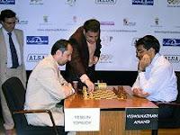 Topalov y anand en una partida del Torneo Magistral de Ajedrez Ciudad de León