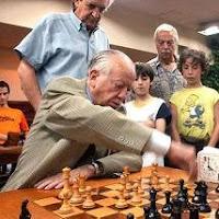 El gran maestro Héctor Decio Rossetto jugando al ajedrez