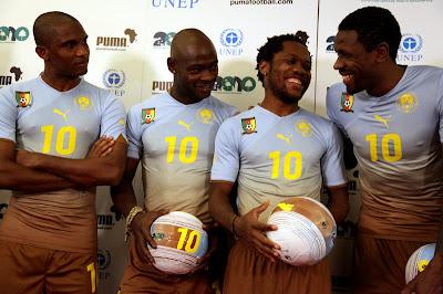 A seleção de Gana de branco, e jogadores de diferentes países africanos com o uniforme continental feito pelo patrocinador.