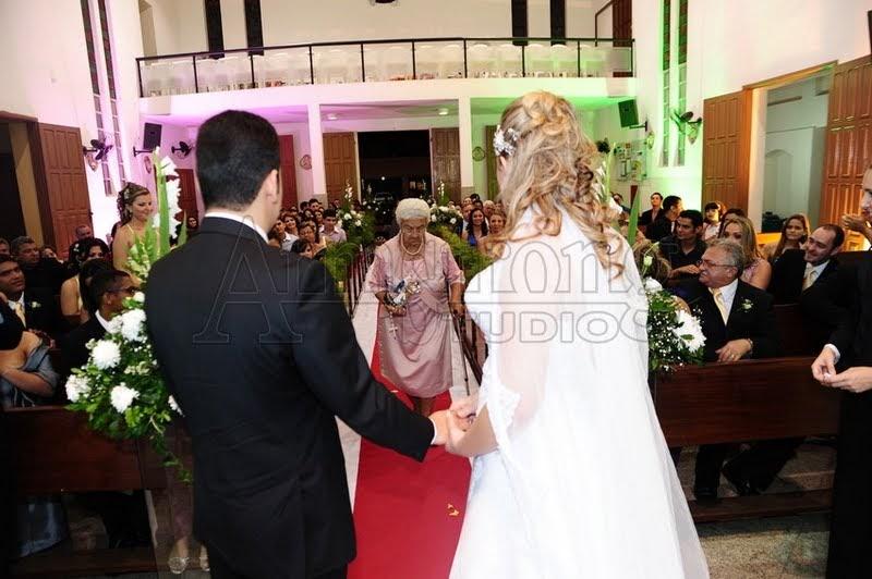 Casada de vestido levando pau - 2 2