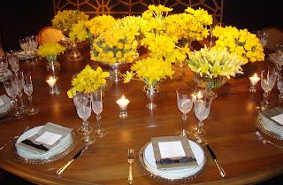 3 Detalhes de uma mesa AMARELA...!