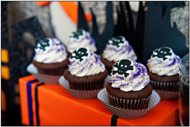 Halloween Chic Purple & Black Party Ideas - via BirdsParty.com