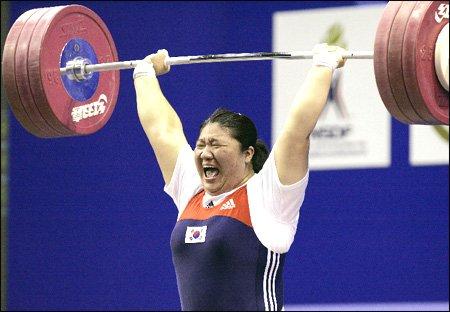 Jang Mi-ran levantando peso