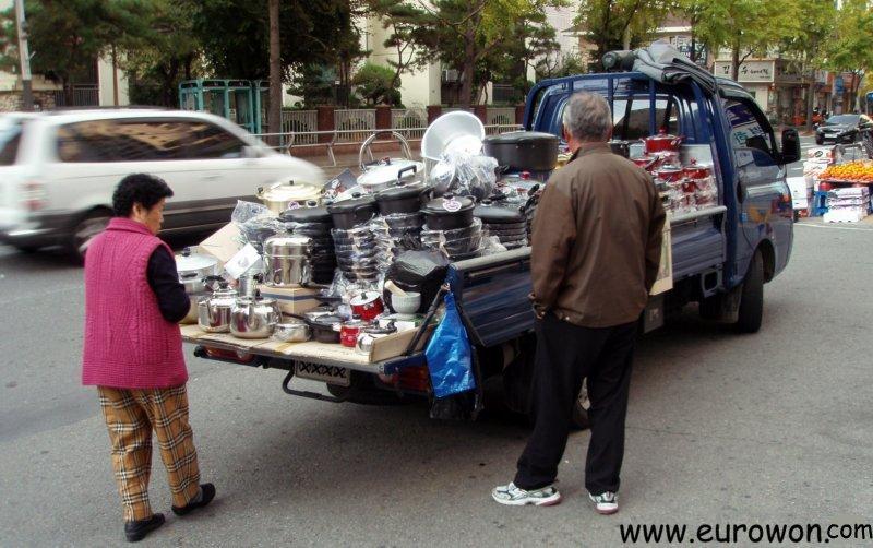 Furgoneta que vende todo tipo de productos en una calle de Corea del Sur