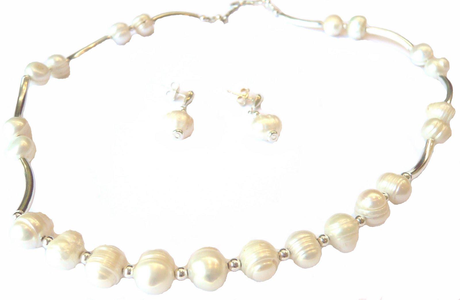 8004c2ef2378 Conjunto collar aros de perlas de río con aplicaciones y tubos de plata.  Los aros tienen pequeñas aplicaciones de cristal Swarovski. Pieza única.